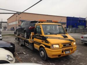 Carroattrezzi a Modena H24. Carro attrezzi Idea Auto con suv caricato