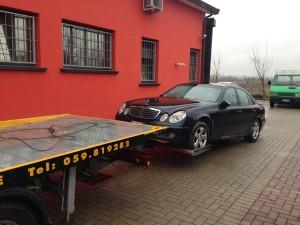 Carroattrezzi a Modena H24. Carro attrezzi Idea Auto mentre carica Mercedes sulle forche